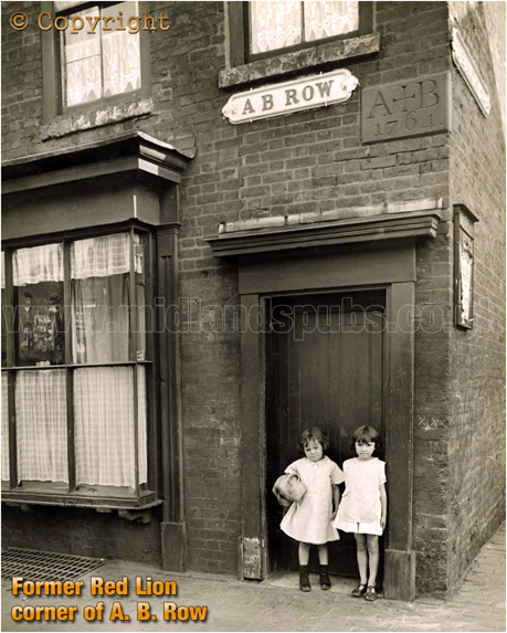Birmingham : Children outside the old A. B. House at A. B. Row