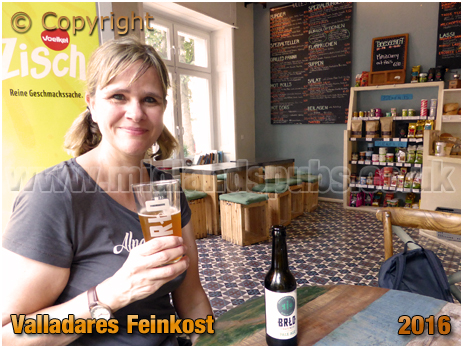 Berlin : Drinking beer at Valladares Feinkost at Stephanstraße [September 2016]