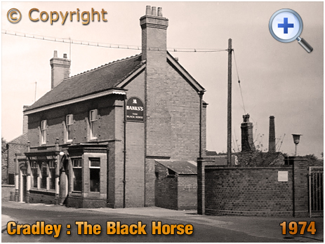 Cradley : The Black Horse and Foundry Gates in Banners Lane at Overend [1974]
